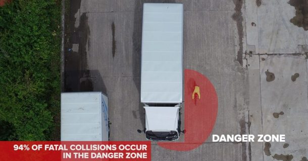 Cyclist next to lorry in the danger zone